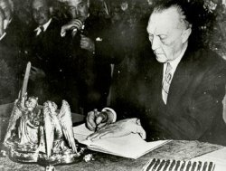 Adenauer unterschreibt Grundgesetz